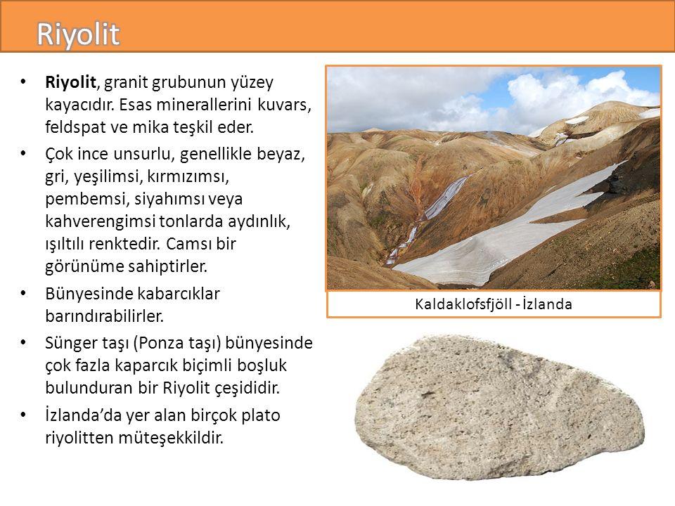 Riyolit, granit grubunun yüzey kayacıdır.Esas minerallerini kuvars, feldspat ve mika teşkil eder.