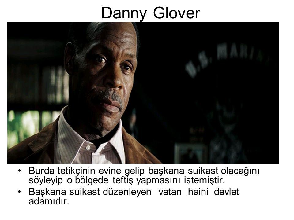 Danny Glover Burda tetikçinin evine gelip başkana suikast olacağını söyleyip o bölgede teftiş yapmasını istemiştir.