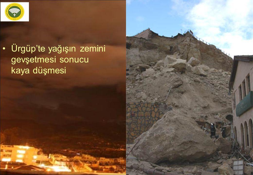 26 Ürgüp'te yağışın zemini gevşetmesi sonucu kaya düşmesi