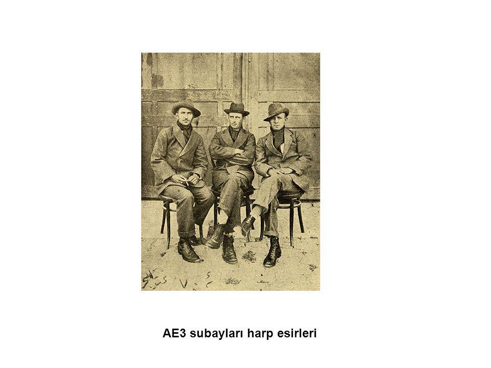 AE3 subayları harp esirleri