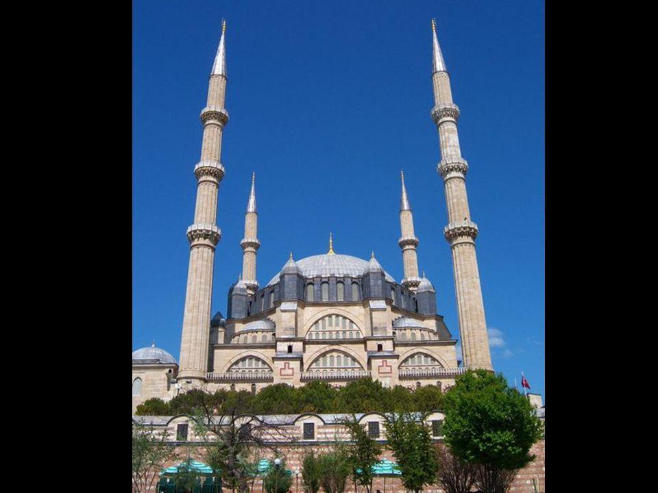 Büyük Türk mimarı Sinan'ın yapıtlarına bir bütün olarak bakıldığında, biçimlerinin evrenselliği, anıtsallığı ve uzun yaşamı süresince Türk mimarisini
