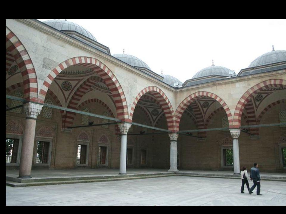Sinan, katıldığı seferlerle, Iran sınırından, Orta Avrupa'ya kadar çeşitli kentleri gezmiş, buralarda yer alan mimarî örnekleri incelemiş, gördüklerin