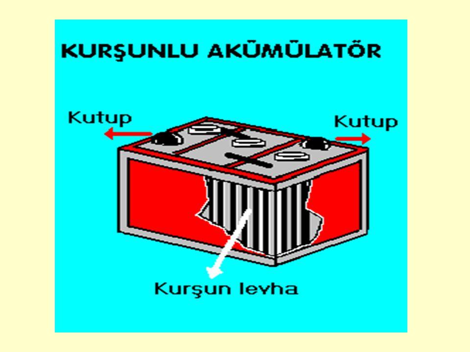 Akümülatörlerden doğru akım denilen türde elektrik elde edilir.Doğru akım gerektiren fen deneylerinde, telefonlarda, uçak tren ve otomobil gibi taşıtların elektrik devrelerinde akümülatör kullanılır.