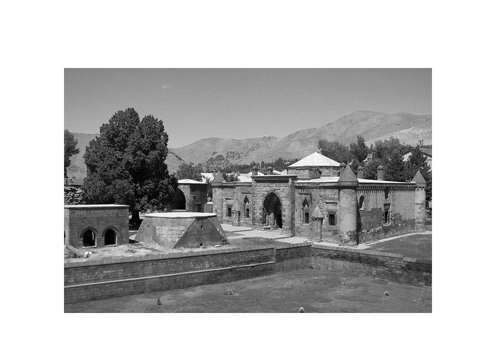 Kur'an okumayı, namaz kılma usullerini, sureleri ve duaları bu okullarda öğrenirlerdi.