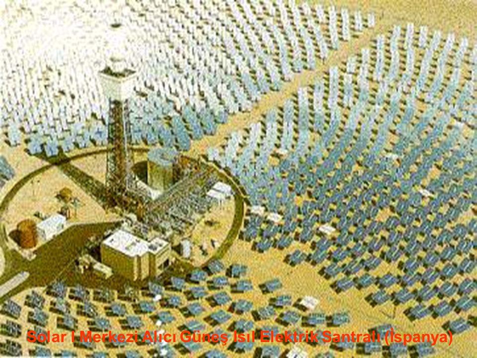 www.slaytyerim.com Merkezi Alıcı Sistemler: Tek tek odaklama yapan ve heliostat adı verilen aynalardan oluşan bir alan, güneş enerjisini, alıcı denen bir kule üzerine monte edilmiş ısı eşanjörüne yansıtır ve yoğunlaştırır.