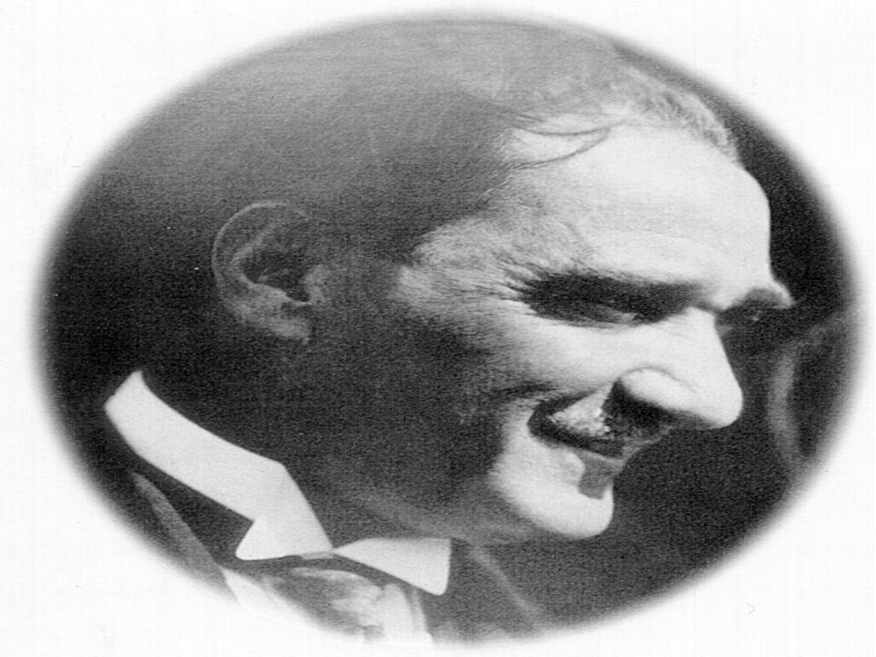 Çanakkale de sisler ardında bir güneş doğmuş, düşmanı Boğaz ın yiğit sularına gömmüştü.Adı Mustafa Kemal di, yavaş yavaş herkes O nu tanıyor; ondan bir şeyler umuyordu.