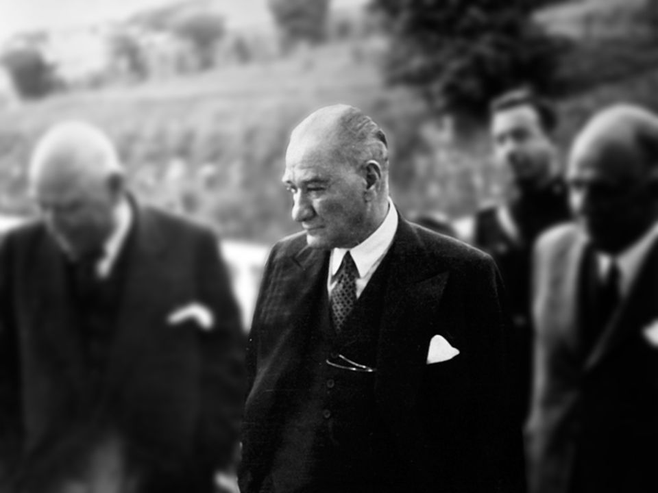 Atatürk'ün kendi eliyle çizdiği yeni Türkiye'nin dış siyaseti, bu memleketi batılı uluslar topluluğuna katmış ve eski düşmanlarını kendisine dost yapmıştır. (İngiliz-Times Gazetesi )