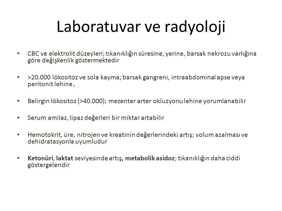 Laboratuvar ve radyoloji CBC ve elektrolit düzeyleri; tıkanıklığın süresine, yerine, barsak nekrozu varlığına göre değişkenlik göstermektedir >20.000 lökositoz ve sola kayma; barsak gangreni, intraabdominal apse veya peritonit lehine, Belirgin lökositoz (>40.000); mezenter arter okluzyonu lehine yorumlanabilir Serum amilaz, lipaz değerleri bir miktar artabilir Hemotokrit, üre, nitrojen ve kreatinin değerlerindeki artış; volum azalması ve dehidratasyonla uyumludur Ketonüri, laktat seviyesinde artış, metabolik asidoz; tıkanıklığın daha ciddi göstergeleridir