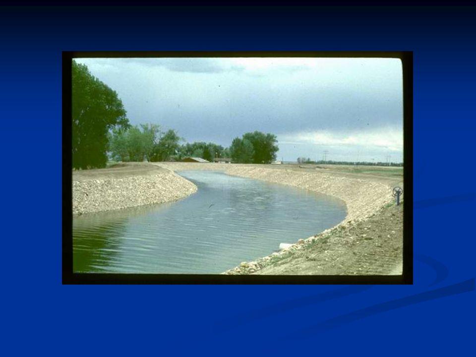 Açık Kanallarda Hız Dağılımı Kanal içerisinde akan suyun hızı kanal taban eğimi ile ilişkili olarak yer ekçimi kuvvetinin eğim doğrultusundaki bileşeninin büyüklüğüne göre oluşmaktadır.