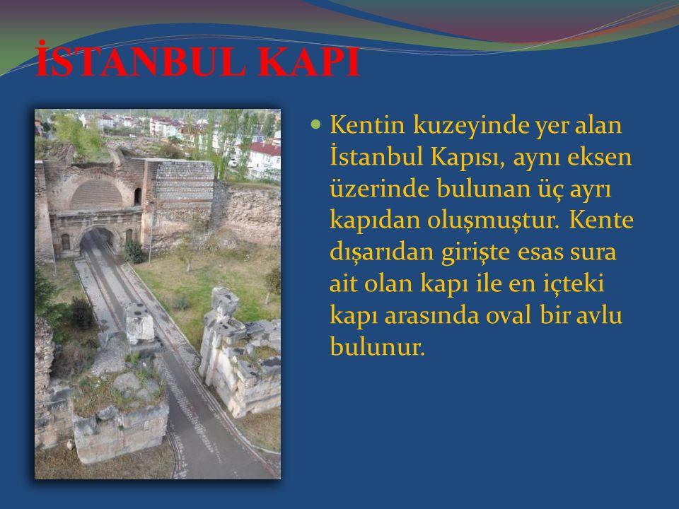 Kentin kuzeyinde yer alan İstanbul Kapısı, aynı eksen üzerinde bulunan üç ayrı kapıdan oluşmuştur.