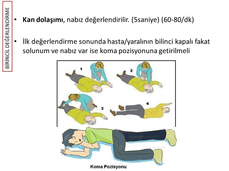 Kan dolaşımı, nabız değerlendirilir. (5saniye) (60-80/dk) İlk değerlendirme sonunda hasta/yaralının bilinci kapalı fakat solunum ve nabız var ise koma