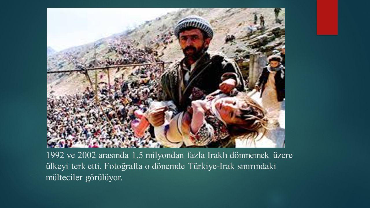 1992 ve 2002 arasında 1,5 milyondan fazla Iraklı dönmemek üzere ülkeyi terk etti. Fotoğrafta o dönemde Türkiye-Irak sınırındaki mülteciler görülüyor.