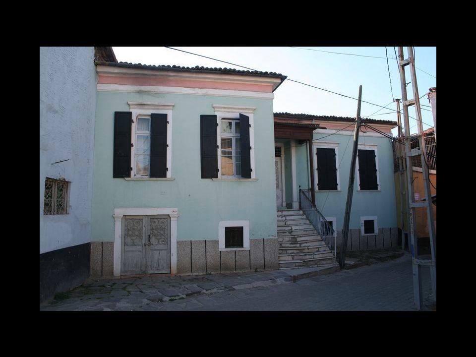 Tarihi Kula evleri genellikle iki katlı olup, ahşap olarak yapılmışlardır. Üst katlar sokağa doğru çıkıntılı olup, kiremitle örtülü çatılar bir saçak
