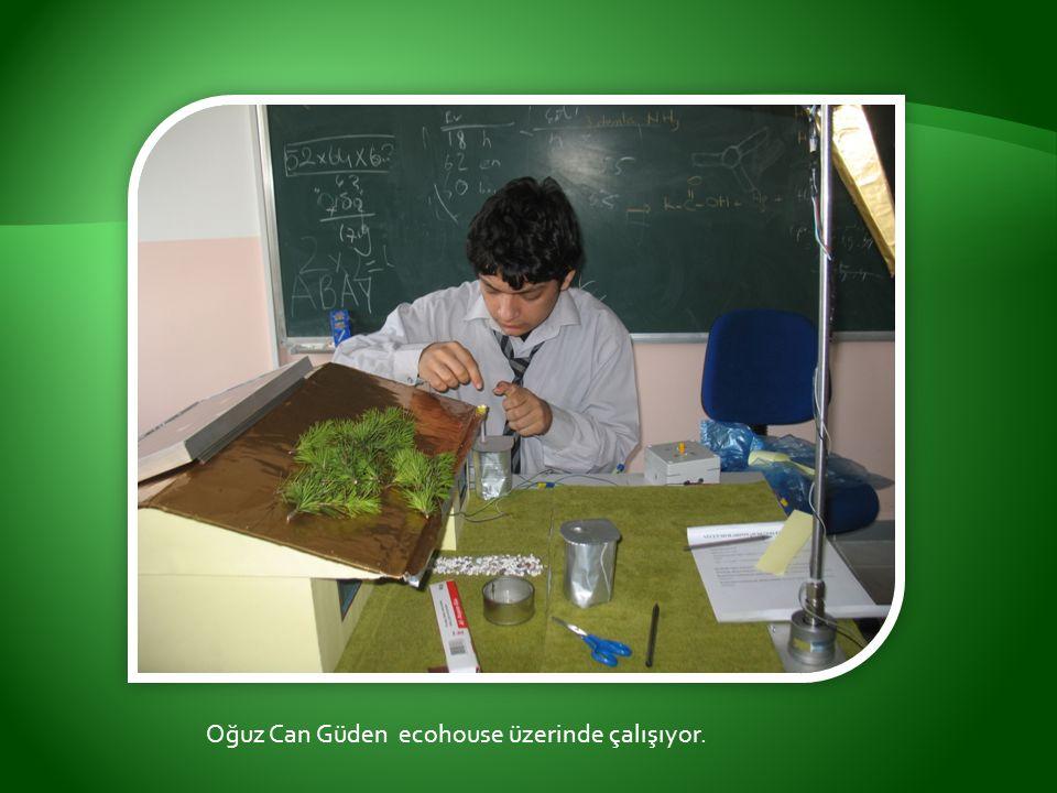 Oğuz Can Güden ecohouse üzerinde çalışıyor.