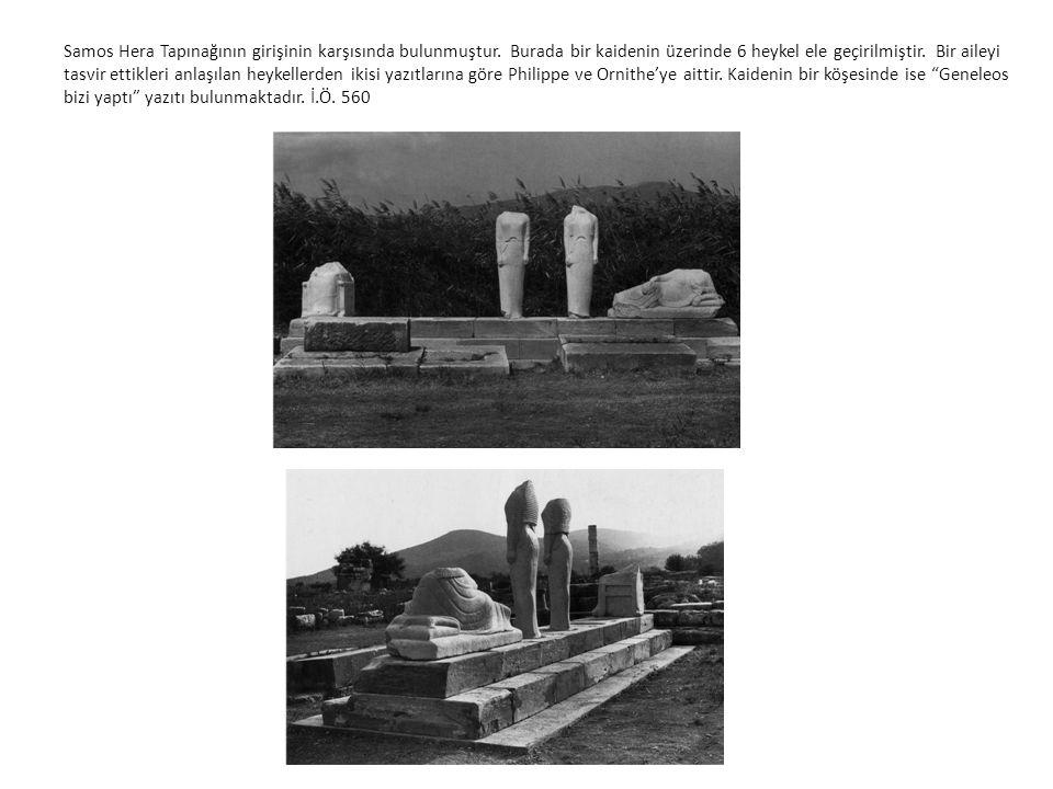 Samos Hera Tapınağının girişinin karşısında bulunmuştur. Burada bir kaidenin üzerinde 6 heykel ele geçirilmiştir. Bir aileyi tasvir ettikleri anlaşıla