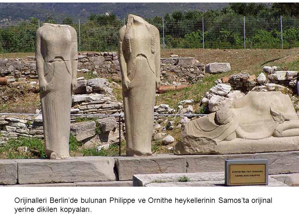 Orijinalleri Berlin'de bulunan Philippe ve Ornithe heykellerinin Samos'ta orijinal yerine dikilen kopyaları.
