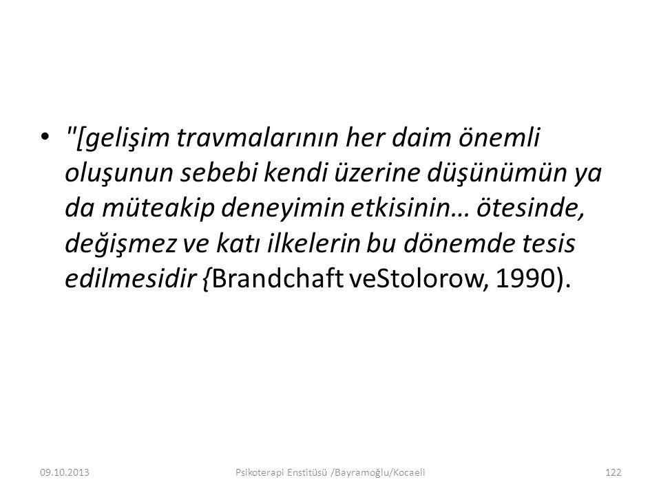 [gelişim travmalarının her daim önemli oluşunun sebebi kendi üzerine düşünümün ya da müteakip deneyimin etkisinin… ötesinde, değişmez ve katı ilkelerin bu dönemde tesis edilmesidir {Brandchaft veStolorow, 1990).