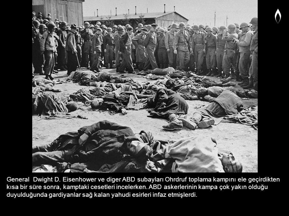 General Dwight D. Eisenhower ve diger ABD subayları Ohrdruf toplama kampını ele geçirdikten kısa bir süre sonra, kamptaki cesetleri incelerken. ABD as