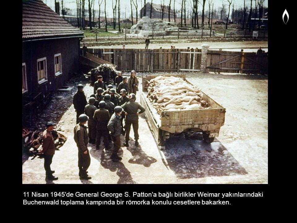 11 Nisan 1945'de General George S. Patton'a bağlı birlikler Weimar yakınlarındaki Buchenwald toplama kampında bir römorka konulu cesetlere bakarken.