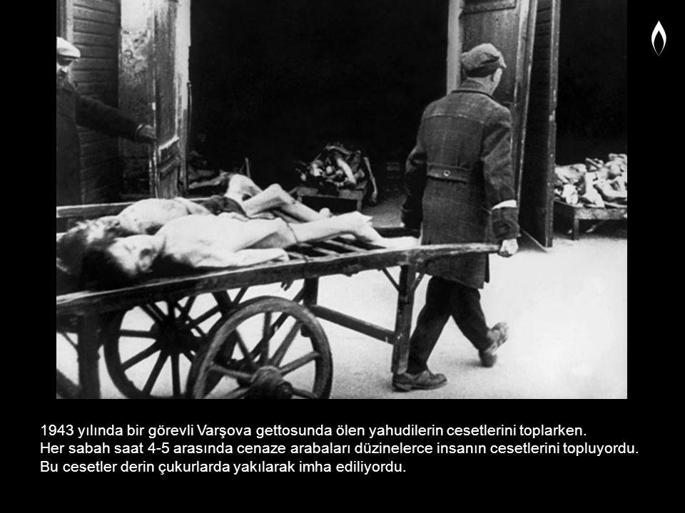 1943 yılında bir görevli Varşova gettosunda ölen yahudilerin cesetlerini toplarken. Her sabah saat 4-5 arasında cenaze arabaları düzinelerce insanın c