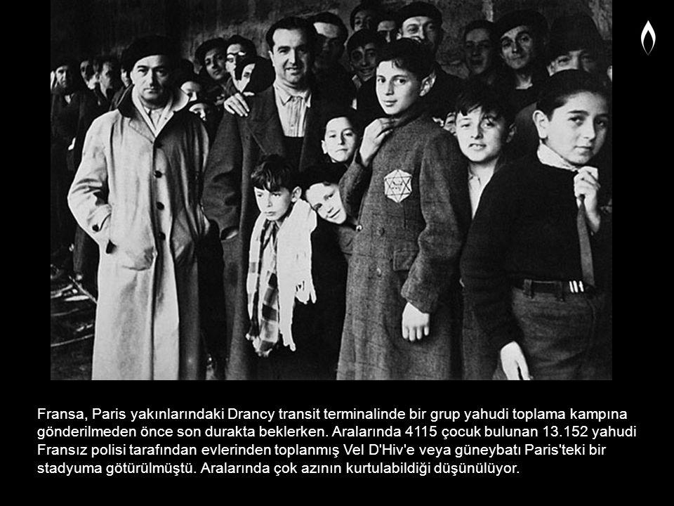 Fransa, Paris yakınlarındaki Drancy transit terminalinde bir grup yahudi toplama kampına gönderilmeden önce son durakta beklerken. Aralarında 4115 çoc