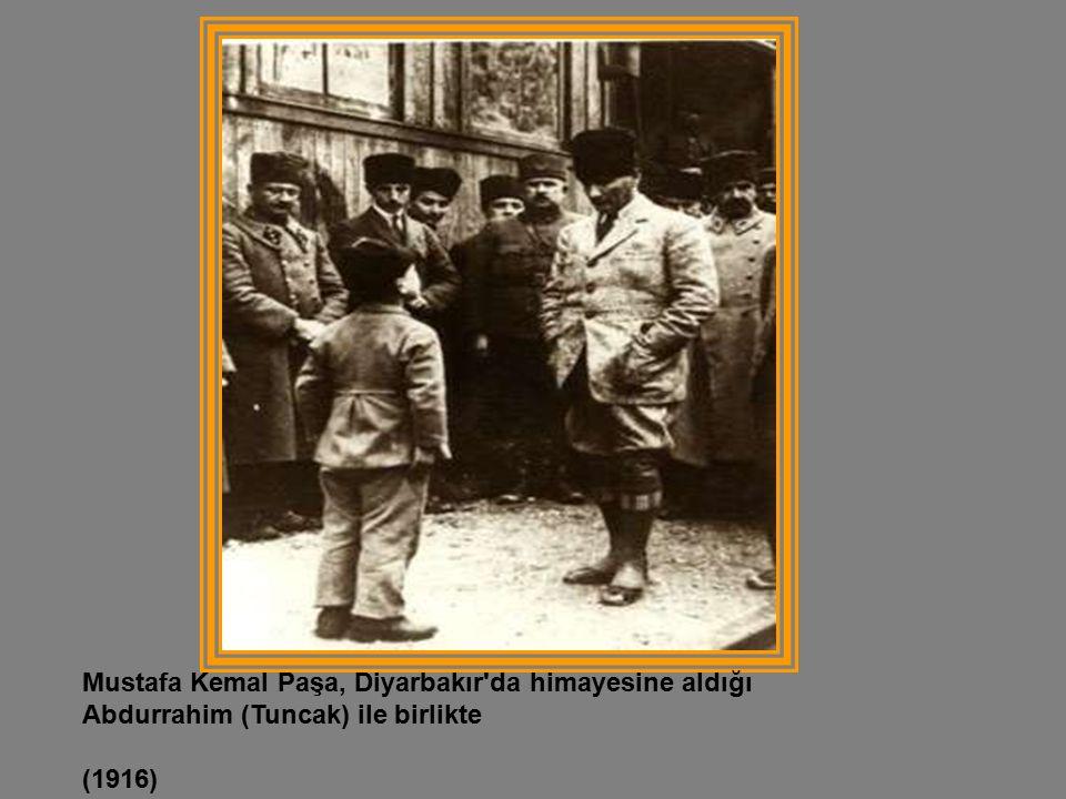 Mustafa Kemal Paşa, Diyarbakır da himayesine aldığı Abdurrahim (Tuncak) ile birlikte (1916)