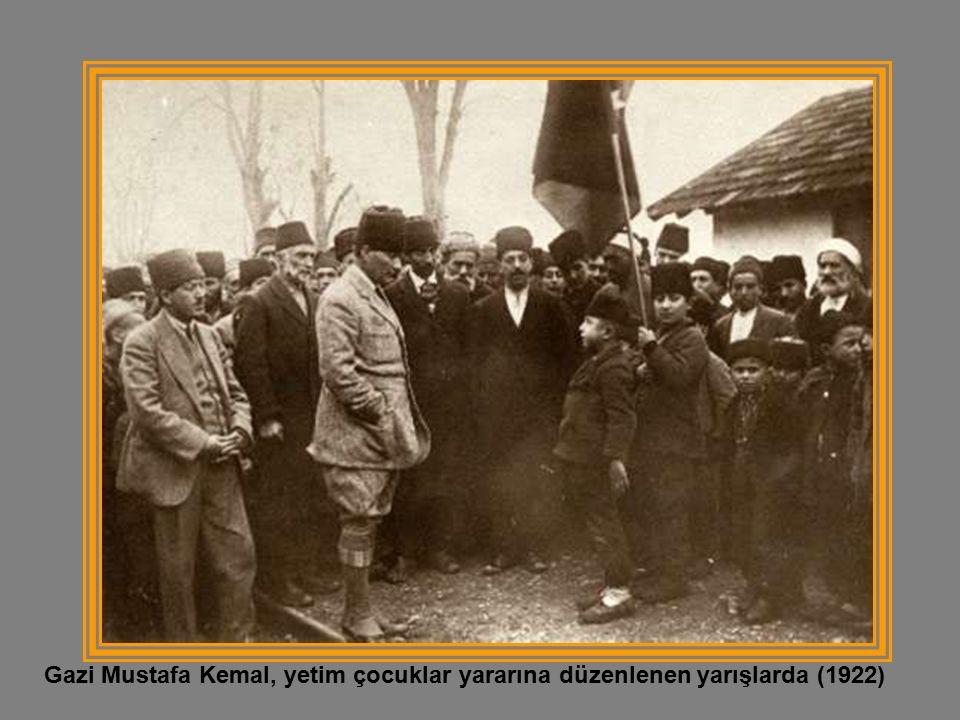 Gazi Mustafa Kemal, yetim çocuklar yararına düzenlenen yarışlarda (1922)