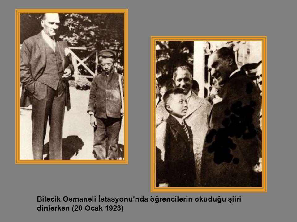 Bilecik Osmaneli İstasyonu nda öğrencilerin okuduğu şiiri dinlerken (20 Ocak 1923)