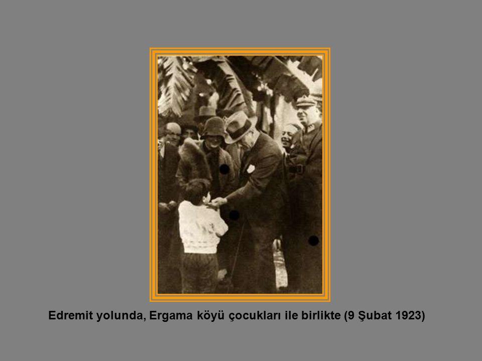 Edremit yolunda, Ergama köyü çocukları ile birlikte (9 Şubat 1923)