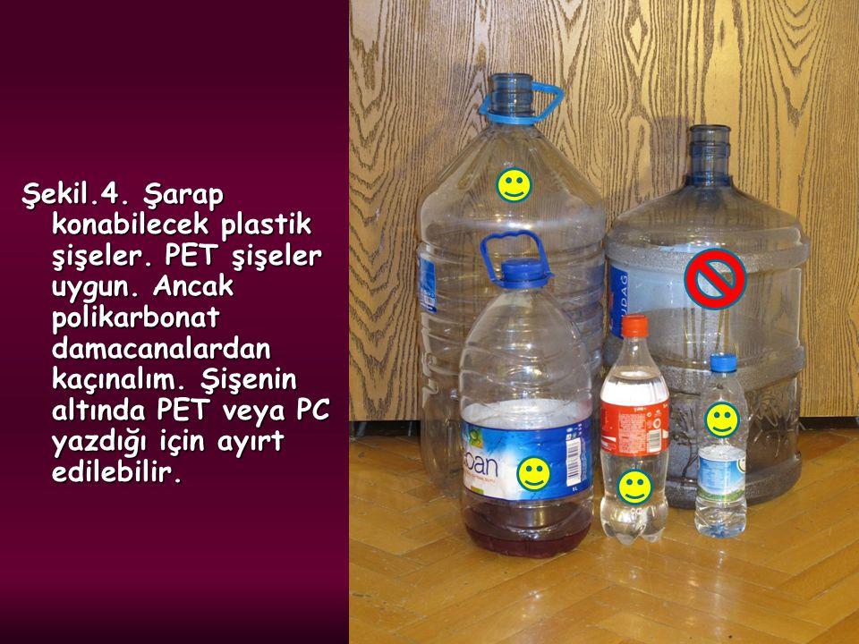 Şekil.4. Şarap konabilecek plastik şişeler. PET şişeler uygun. Ancak polikarbonat damacanalardan kaçınalım. Şişenin altında PET veya PC yazdığı için a