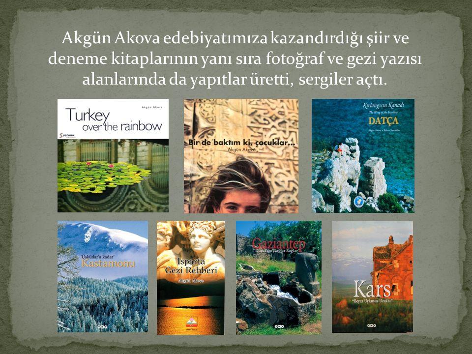 Akgün Akova edebiyatımıza kazandırdığı şiir ve deneme kitaplarının yanı sıra fotoğraf ve gezi yazısı alanlarında da yapıtlar üretti, sergiler açtı.