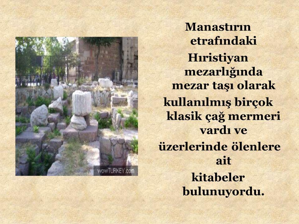 Manastırın etrafındaki Hıristiyan mezarlığında mezar taşı olarak kullanılmış birçok klasik çağ mermeri vardı ve üzerlerinde ölenlere ait kitabeler bul