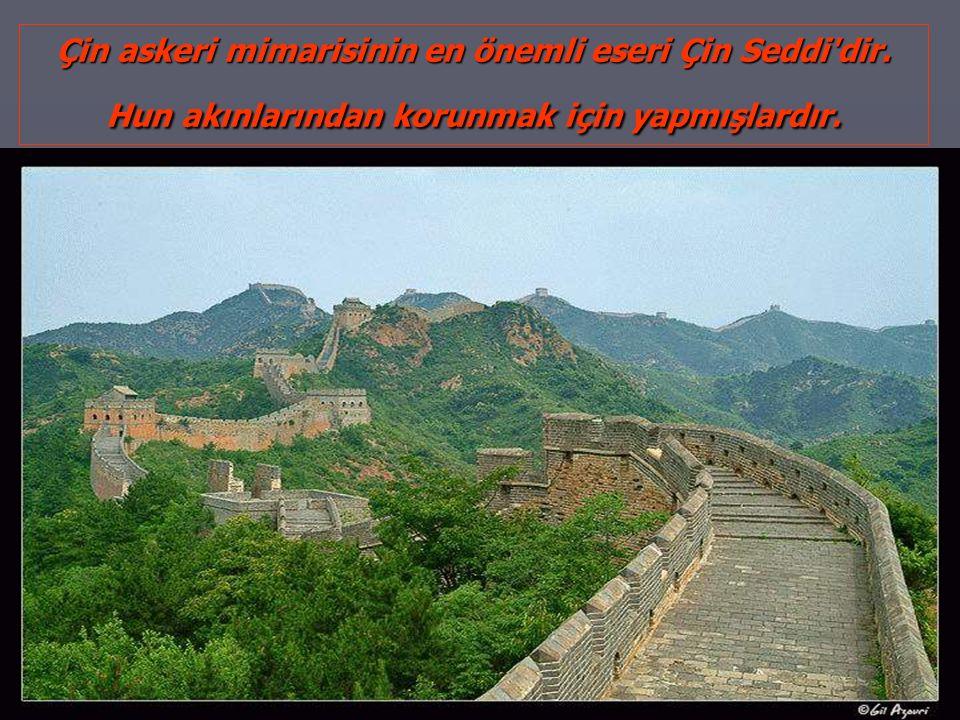 Çin askeri mimarisinin en önemli eseri Çin Seddi'dir. Hun akınlarından korunmak için yapmışlardır.