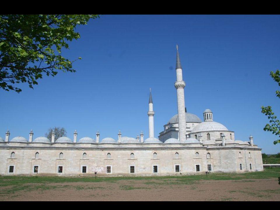 İçinde sütun olmayan, sadeliğine rağmen anıtsal görüntüsüyle uzaktan bakanları etkisi altına alan II.Bayezid Camii, tam merkezinde konumlandığı külliyenin en değerli yapısı olarak ön plana çıkar.