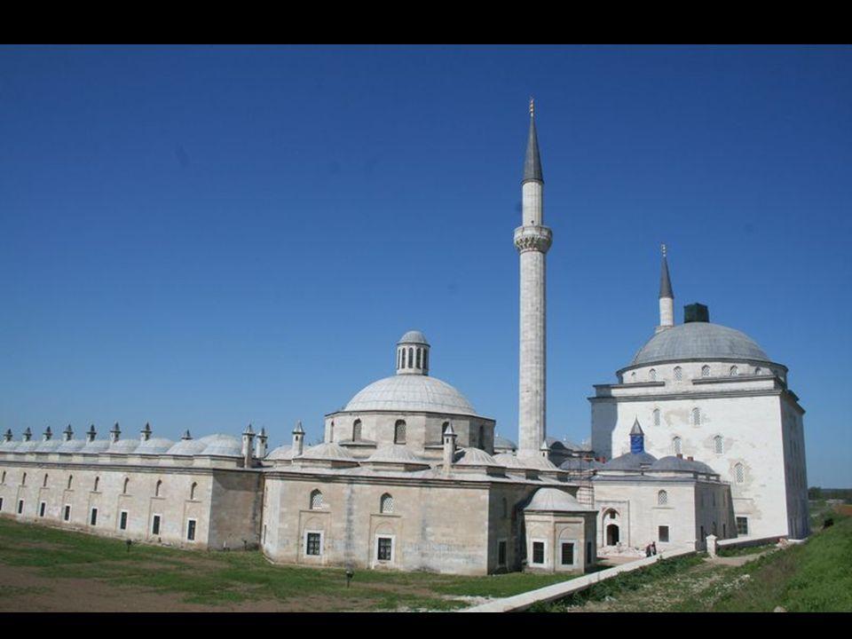 Bursalı Veliyüddin oğlu Ahmet Paşa, Külliye inşaatının tamamlanması üzerine şu şiiri yazmıştır: Şöyle âli yaptı darulhayn Sultan Bayezid, Kim feleklerde melekler eyledi medhü sena.