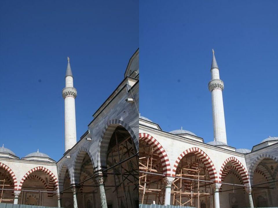 Anıtsal Görünüş Caminin anıtsal görünüşü uzaktan bakanları etkisi altına alır.