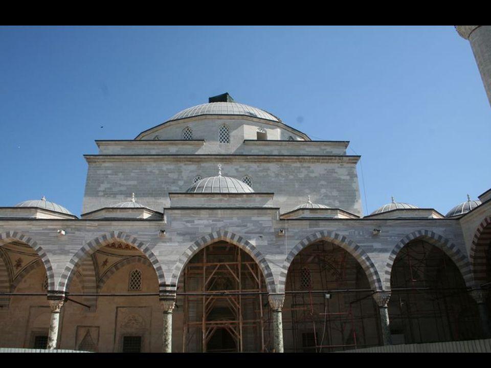 Evliya Çelebi'den Bayezid Camii Evliya Çelebi nin 1652 (H.1063) yılında Edirne ye gelişinde, Külliyeli ziyareti sırasında Sultan II.Bayezit Camii için: Edirne Şehrinin kuzeyinde Tunca Nehri kenarında çimenlik, lalelik düz bir yerde, dört köşe duvar üzerinde büyük kubbeli gönül açan bir camidir.