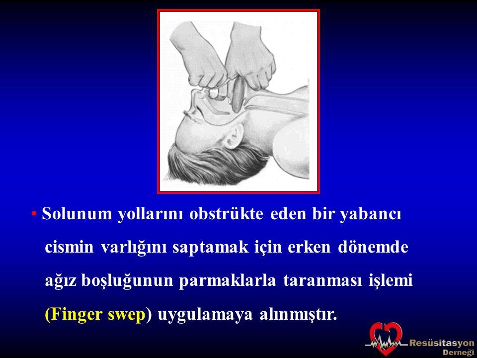 Solunum yollarını obstrükte eden bir yabancı cismin varlığını saptamak için erken dönemde ağız boşluğunun parmaklarla taranması işlemi (Finger swep) u
