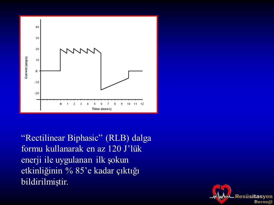 """""""Rectilinear Biphasic"""" (RLB) dalga formu kullanarak en az 120 J'lük enerji ile uygulanan ilk şokun etkinliğinin % 85'e kadar çıktığı bildirilmiştir."""
