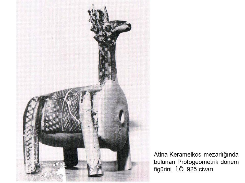 Atina Kerameikos mezarlığında bulunan Protogeometrik dönem figürini. İ.Ö. 925 civarı
