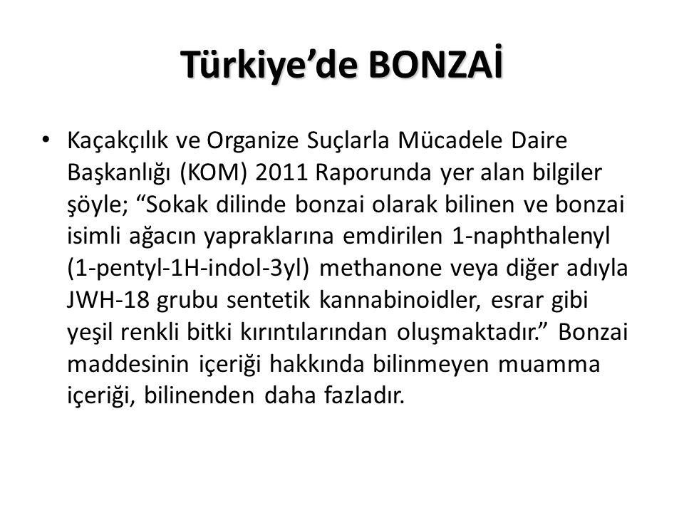 Türkiye'de BONZAİ Kaçakçılık ve Organize Suçlarla Mücadele Daire Başkanlığı (KOM) 2011 Raporunda yer alan bilgiler şöyle; Sokak dilinde bonzai olarak bilinen ve bonzai isimli ağacın yapraklarına emdirilen 1-naphthalenyl (1-pentyl-1H-indol-3yl) methanone veya diğer adıyla JWH-18 grubu sentetik kannabinoidler, esrar gibi yeşil renkli bitki kırıntılarından oluşmaktadır. Bonzai maddesinin içeriği hakkında bilinmeyen muamma içeriği, bilinenden daha fazladır.