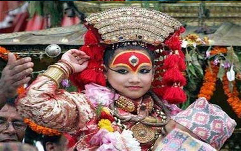 KUMARİ olarak saptanan kız çocuğu ailesinden alınır ve Tapınağa getirilir.