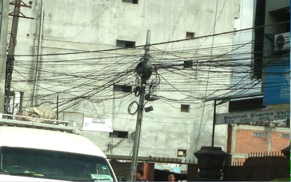Caddelerde örümcek ağı gibi sallanan elektrik kabloları ve o kabloların kopmasından dolayı her gün 7-8 saate ulaşan elektrik kesintileri,