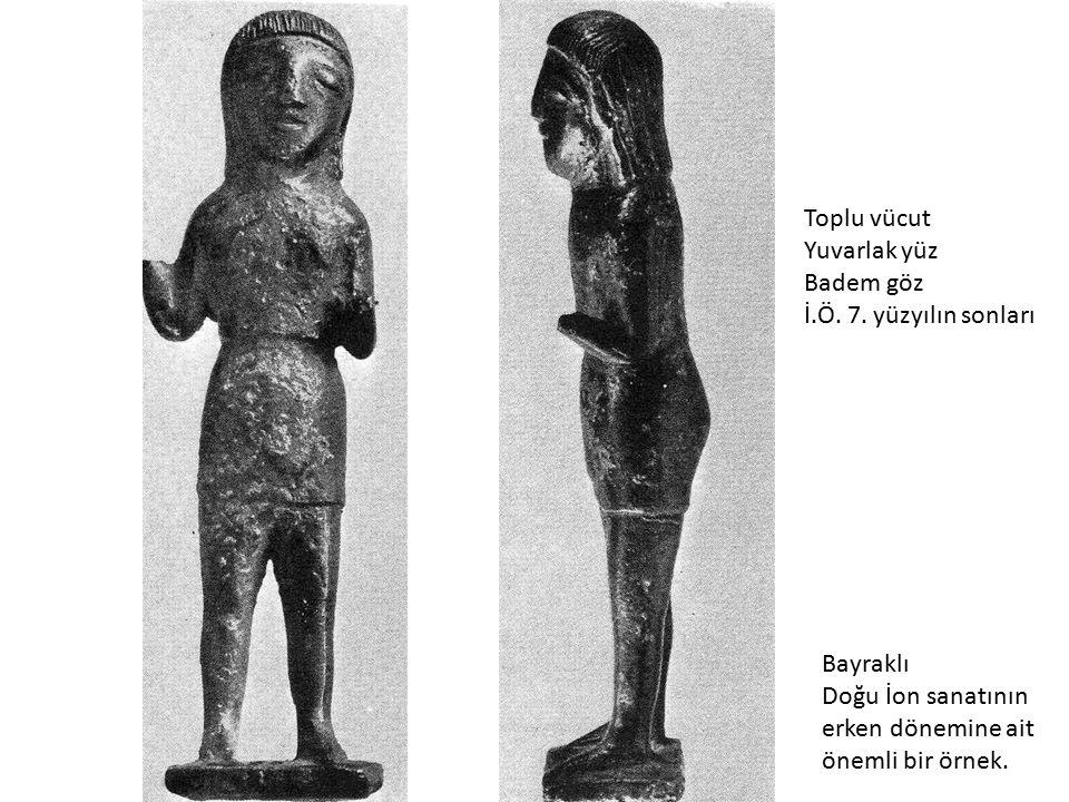 Bayraklı Doğu İon sanatının erken dönemine ait önemli bir örnek. Toplu vücut Yuvarlak yüz Badem göz İ.Ö. 7. yüzyılın sonları