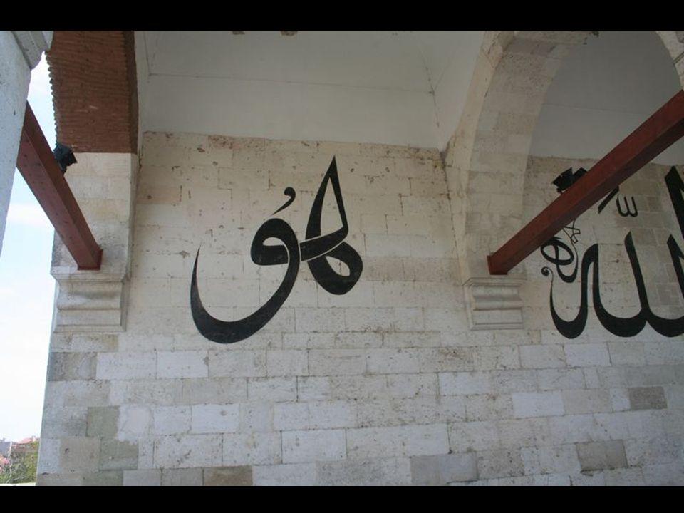 Süsleme Taş süsleme, caminin taçkapısında, giriş revağı kemerleri yastıklarında ve pencerelerin alınlık kemerlerinde görülmektedir.