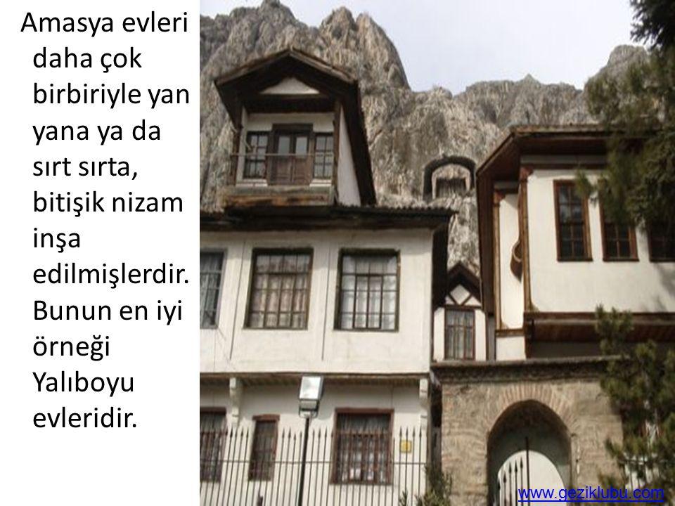 Amasya evleri daha çok birbiriyle yan yana ya da sırt sırta, bitişik nizam inşa edilmişlerdir. Bunun en iyi örneği Yalıboyu evleridir. www.geziklubu.c
