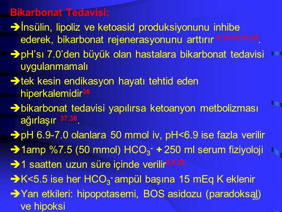 19 Potasyum Tedavisi:  DKA'da 500-700 mEq/L K kaybı vardır 29,30,31  İnsülinopeni, hiperosmolarite ve asidemiye bağlı hiperpotasemi var 28  K < 5.5 mEq/L veya altında, saate 20-40 mEq/L K tedavisine başlanmalı  K'un 1/3'ü hipofosfatemiyi ve hiperkloremiyi önlemek için K-fosfat, geri kalan 2/3'ü K-acetate olarak verilir  K miktarı ilk saatte 40 mEq/L'yi geçmemeli,  K replasman hızı genelde 20-30 mEq/L/saat olmalı  Hedeflediğimiz K düzeyi 4-5 mEq/L'dir  K replasmanı süresince EKG takibi yapılmalı