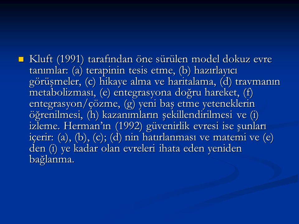 Kluft (1991) tarafından öne sürülen model dokuz evre tanımlar: (a) terapinin tesis etme, (b) hazırlayıcı görüşmeler, (c) hikaye alma ve haritalama, (d) travmanın metabolizması, (e) entegrasyona doğru hareket, (f) entegrasyon/çözme, (g) yeni baş etme yeteneklerin öğrenilmesi, (h) kazanımların şekillendirilmesi ve (i) izleme.