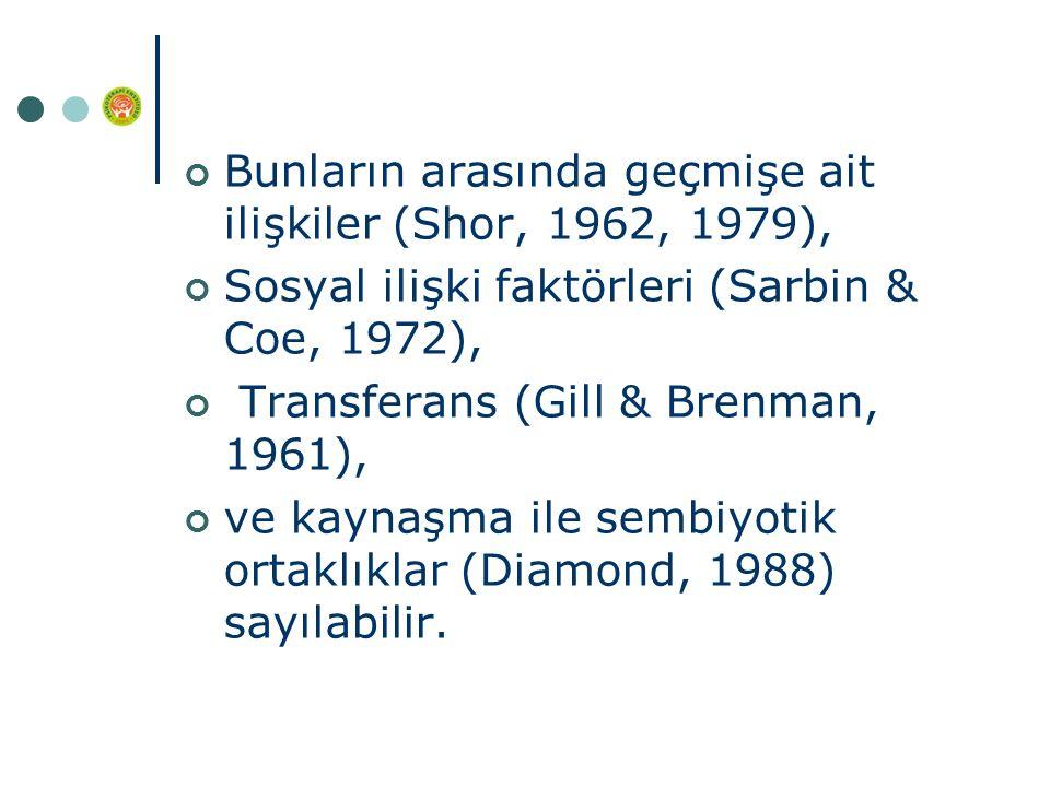 Bunların arasında geçmişe ait ilişkiler (Shor, 1962, 1979), Sosyal ilişki faktörleri (Sarbin & Coe, 1972), Transferans (Gill & Brenman, 1961), ve kaynaşma ile sembiyotik ortaklıklar (Diamond, 1988) sayılabilir.