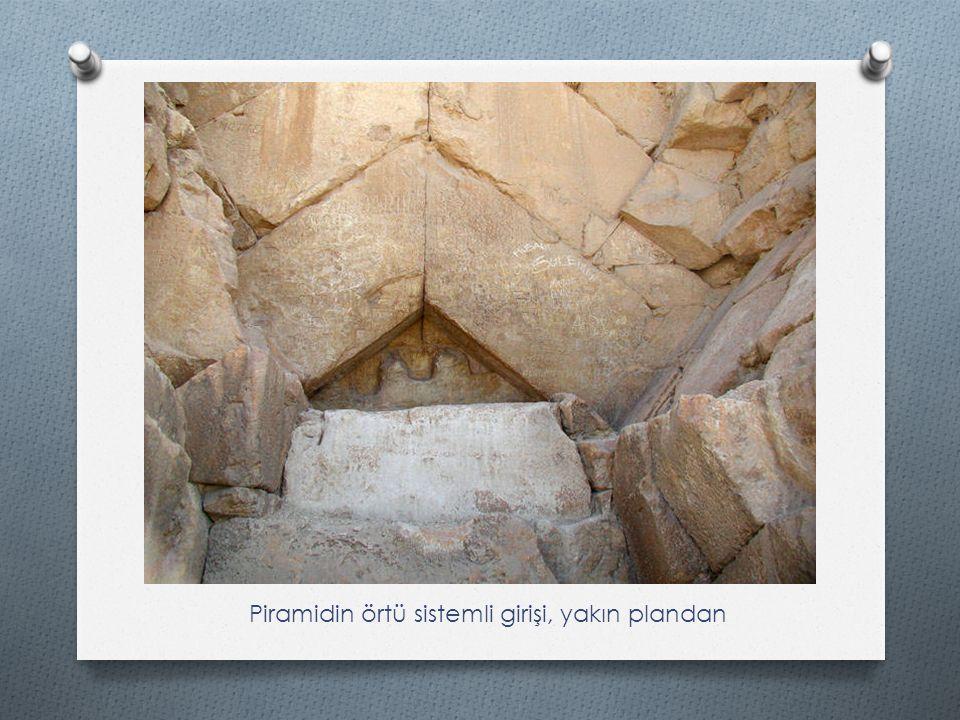 Piramidin örtü sistemli girişi, yakın plandan